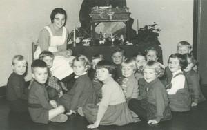 Juf Bea met haar kleutergroep